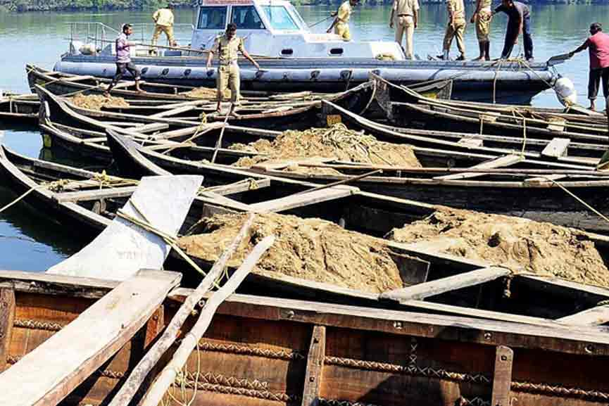 Sand transport in Kadalundippuzha; 500 sacks of sand and boats were seized
