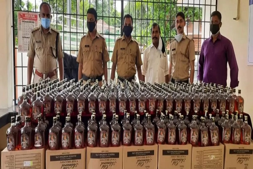 illicit-liquor-hunt-in-kannur-koodali-279-liters-of-karnataka-liquor-seized