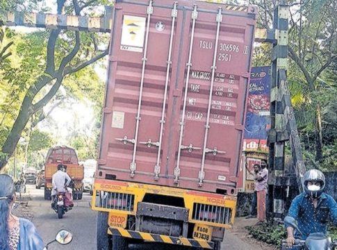 Lorry stuck at Anangadi railway gate; Traffic block