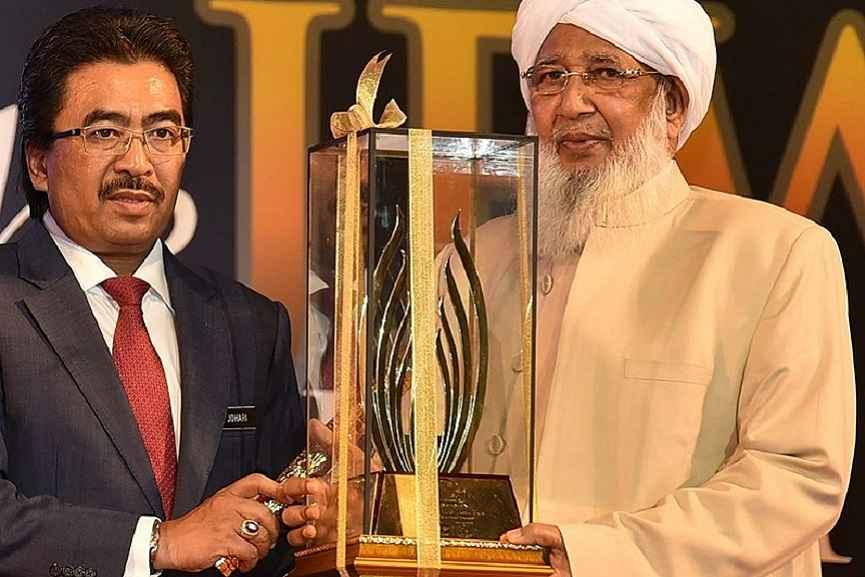 Kanthapuram Receiving an Award by OIC Today, Malaysia