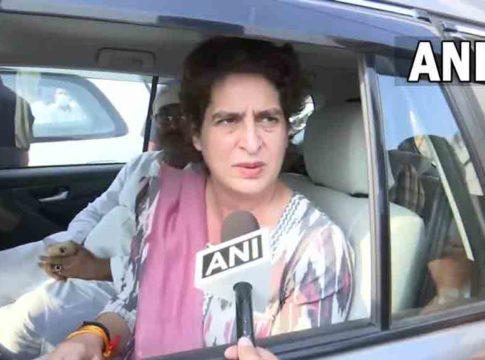 Priyanka-Gandhi-stopped-by-UP-Police