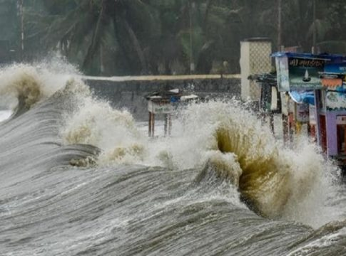 strong waves off the coast of Kerala